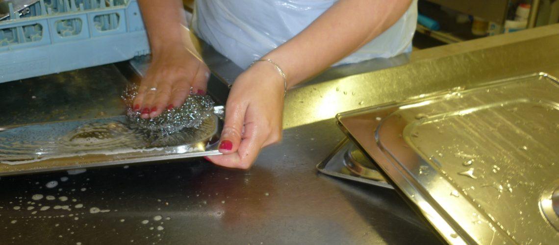 Nettoyage des plats de cuison en collectivité.